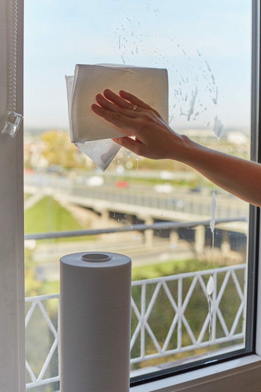 Mycie okien. Ręczniki papierowe do mycia okien i luster.
