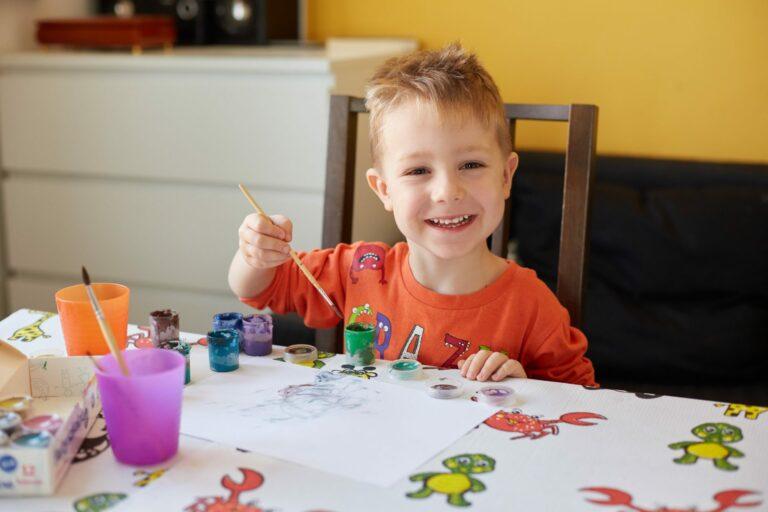 Jak wspierać rozwój twórczy dziecka? Malujący chłopiec. Podkłady Medprox Kids.