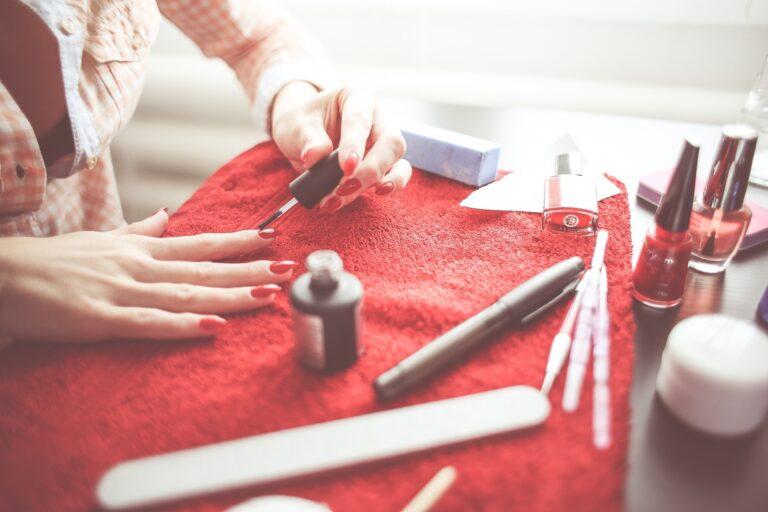 Higiena w zakładzie kosmetycznym. Malowanie paznokci.